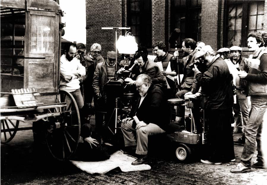 Leone-sul-set-segue-una-scena-particolarmenmte-drammatica-con-due-giovani-gangster