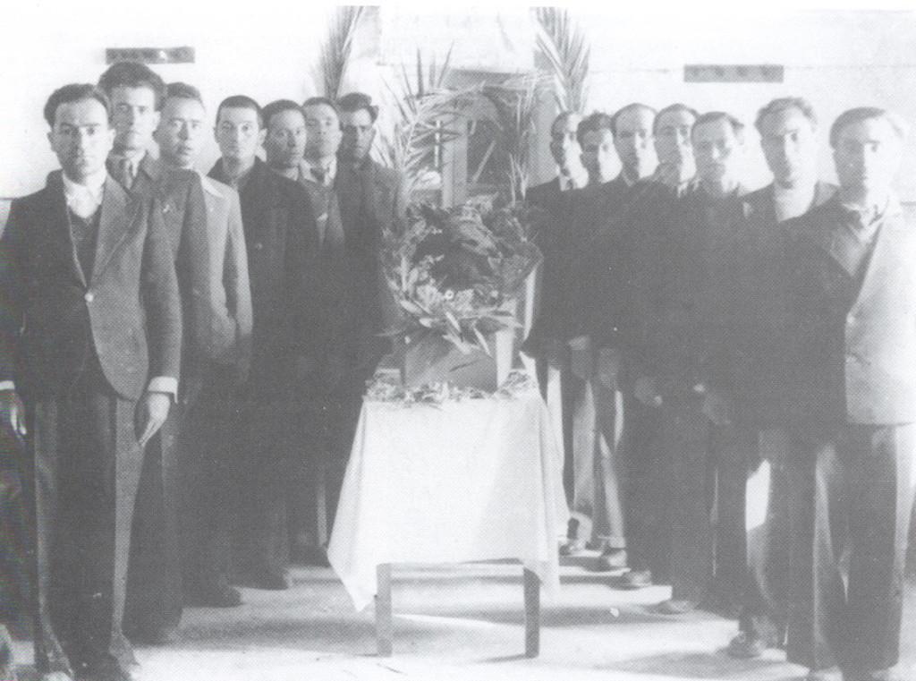 Τιμητική φρουρά γύρω από το φέρετρο του Μανώλη Περλορέντζου