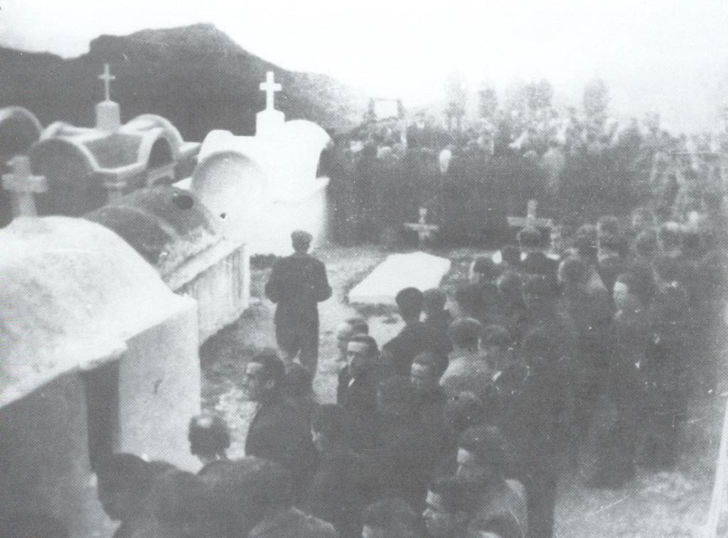 Άποψη του νεκροταφείου κατά την κηδεία του Μανώλη Περλορέντζου