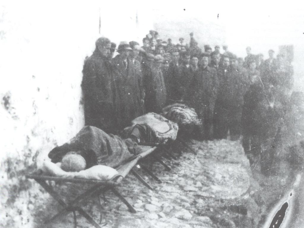 Οι σκελετωμένοι εξόριστοι πάνω σε ράντζα στο δρόμο του χωριού. Ανάμεσά τους ο Μανώλης Περλορέντζος
