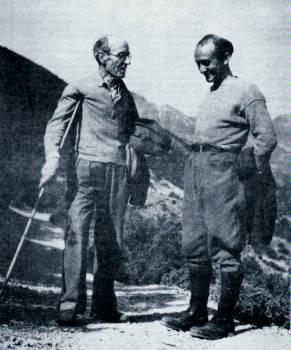 Ο Νίκος Καρβούνης (αριστερά) στο βουνό, μαζί με τον λογοτέχνη Δημήτρη Χατζή