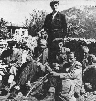 Δημοσιογράφοι στην Ελεύθερη Ελλάδα. Από αριστερά: Ν. Καρβούνης, Β. Γεωργίου, Κ. Βιδάλης, Σ. Γρηγοριάδης, Δ. Χατζής. Όρθιος, ο Θ. Χατζής