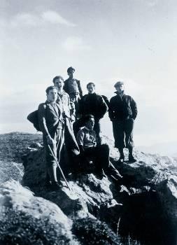 Ο «δάσκαλος» Ν. Καρβούνης (όρθιος δεξιά) στις κορφές της Πάρνηθας