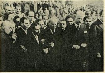 Φωτογραφία από την κηδεία του Παλαμά. Διακρίνονται ο Σπύρος Μελάς, ο Μ. Τόμπρος, ο Κούλης Αλέπης, η Μαρίκα Κοτοπούλη, ο Σικελιανός, ο Ηλ. Βενέζης και ο τότε διευθυντής γραμμάτων του υπουργείου Παιδείας Μαντούδης
