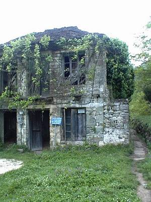 Το τελωνείο, δίπλα στο γεφύρι, όπου υπογράφτηκε η συμφωνία της Πλάκας