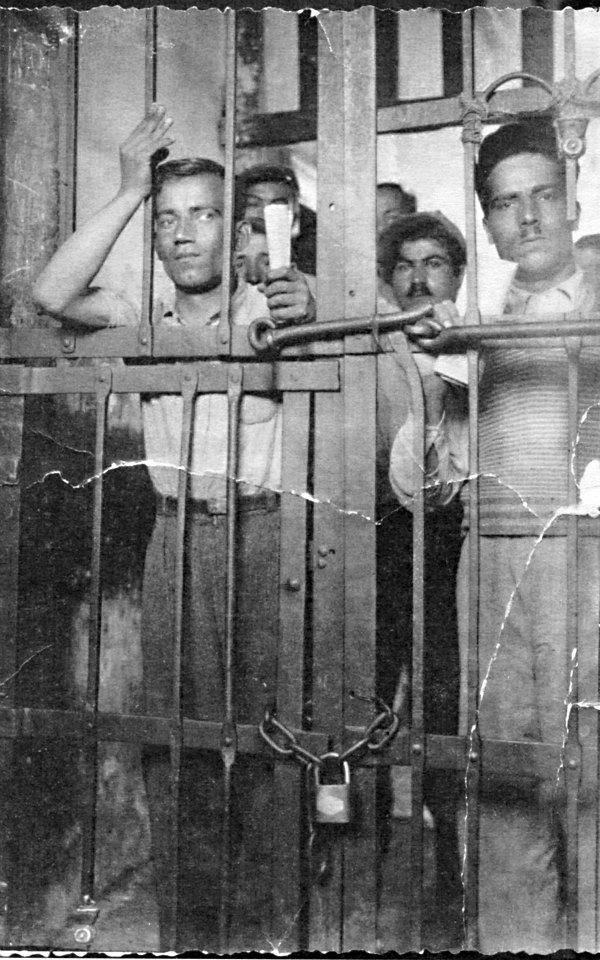 Ο Φώτης Αγγουλές πίσω από τα κάγκελα της φυλακής Φωτογραφία: Αρχείο Τρ. Μυλωνά Πηγή: Απλωταριά