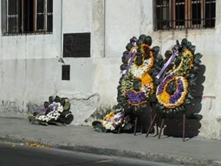 13/3/2015, λουλούδια στο σημείο που έπεσε ο Echeveria. Ανάμεσά τους τα στεφάνια του Φιντέλ και του Ραούλ