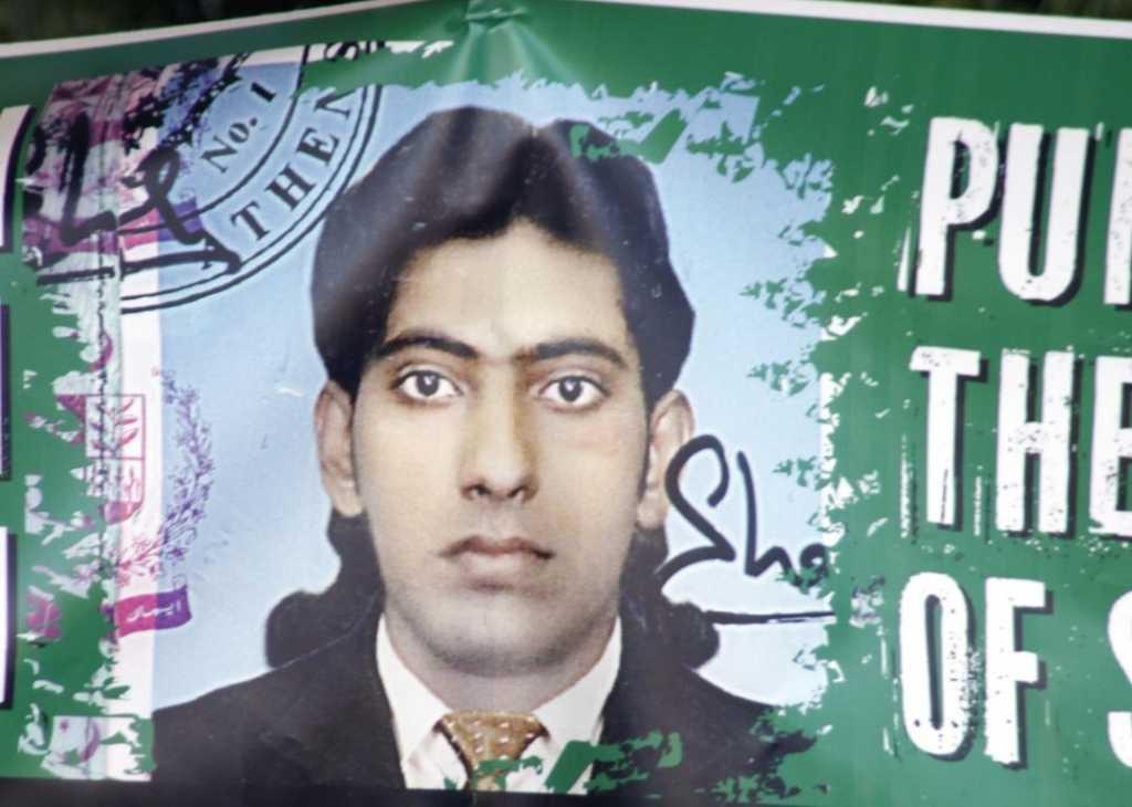 Σαχζάτ Λουκμάν (1986-2013). Πακιστανός εργάτης που δολοφονήθηκε από τα μαχαίρια χρυσαυγιτών φασιστών στις 17 Γενάρη του 2013, ενώ πήγαινε με το ποδήλατό του για το μεροκάματο.