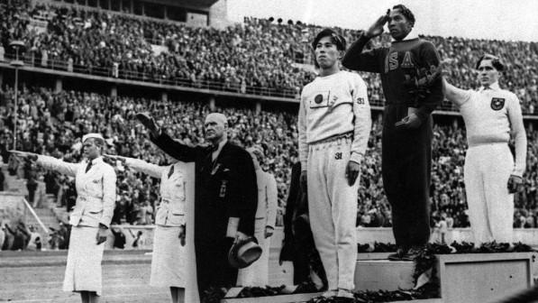 Ο Τζέσε Όουενς στο ψηλότερο σκαλί του βάθρου μπροστά στα μάτια του Χίτλερ