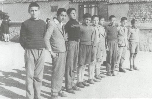 Ο Πάνος Γεραμάνης μαθητής στο Γυμνάσιο, πρώτος από αριστερά