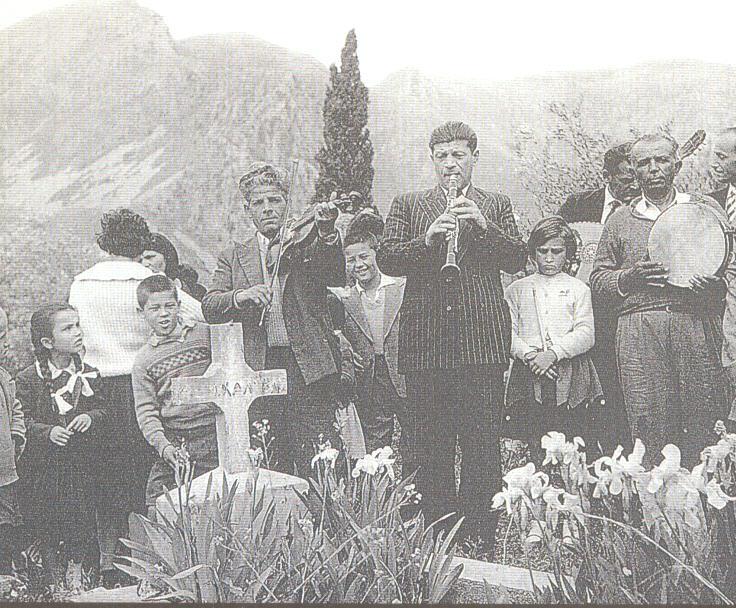 Στο Γηρομέρι Θεσπρωτίας τη δεύτερη μέρα του Πάσχα παίζουν πάνω από τους τάφους τον αγαπημένο χορό του κάθε νεκρού, 1975 (φωτ. Σπύρος Μελετζής)