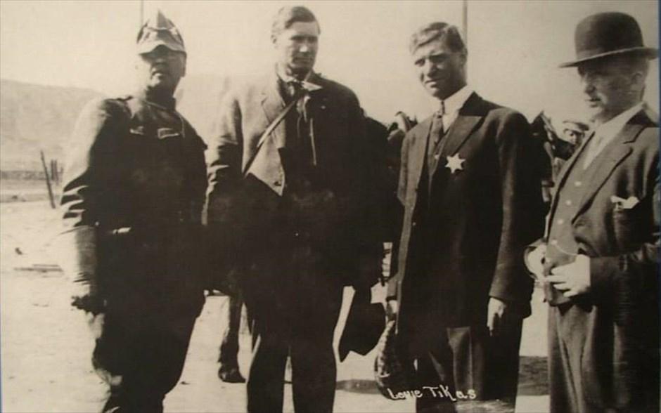 Ο Λούης Τίκας δεύτερος από δεξιά.