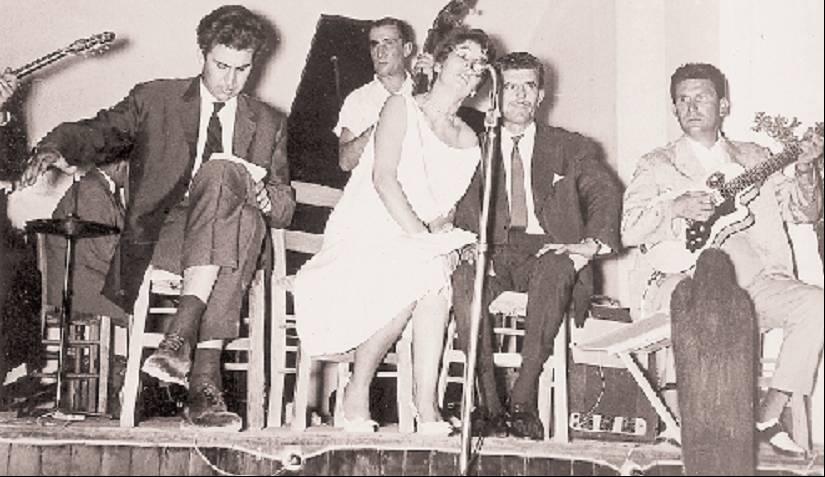 Μ. Θεοδωράκης, Αλ. Παΐζη, Γρ. Μπιθικώτσης. Από την παρουσίαση του «Επιτάφιου» στο κέντρο «Μυρτιά» το καλοκαίρι του 1961 (από το προσωπικό αρχείο της Αλ. Παΐζη – πηγή: Ριζοσπάστης)