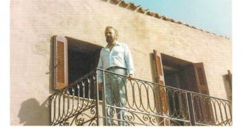 Ο Γιάννης Ρίτσος στο μπαλκόνι του πατρικού σπιτιού (1984)