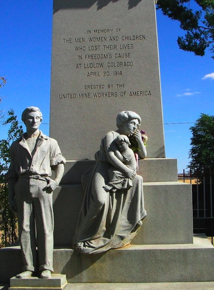 Το μνημείο της Ένωσης Ανθρακωρύχων για τα θύματα της σφαγής, με το άγαλμα του Λούη Τίκα