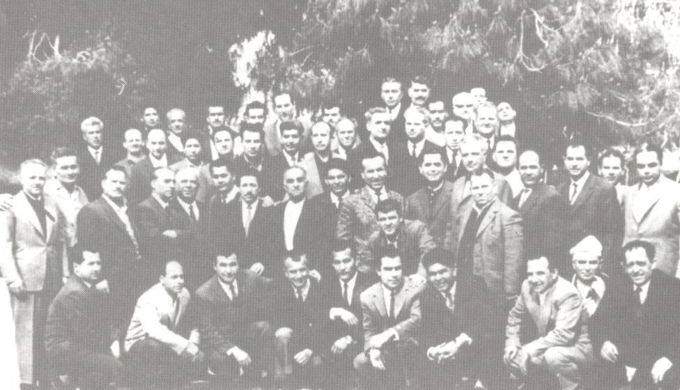 """""""Δεκαετία του ΄60. Αναμνηστική φωτογραφία των πολιτικών κρατουμένων από τη φυλακή της Αίγινας"""""""