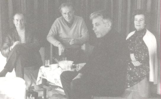 """""""Δεκέμβρης ΄71. Στο δωματιάκι του Χαρίλαου στη Λέρο. Ο Κώστας Λουλές σφυρίζει ένα σκοπό, η παρέα παρακολουθεί"""""""