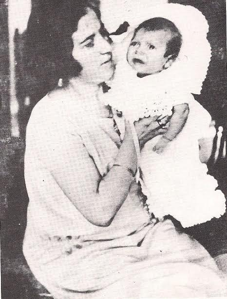 Με τη μητέρα του στη Χίο, το 1925, λίγο μετά τη γέννησή του