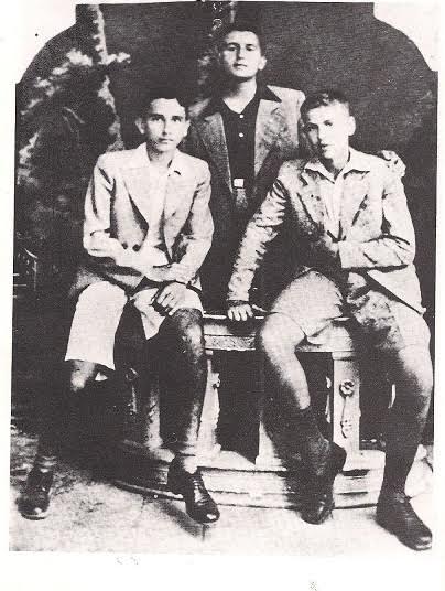 Στην Πάτρα, το 1937, με τους συμμαθητές του Γκότση και Κοκκινίδη