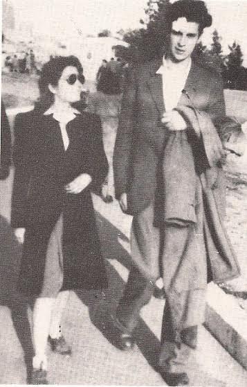 1946. Ημιπαράνομος με τη Μυρτώ στην Ακρόπολη, μετά τον τραυματισμό στις 31.3.46, στην Ομόνοια
