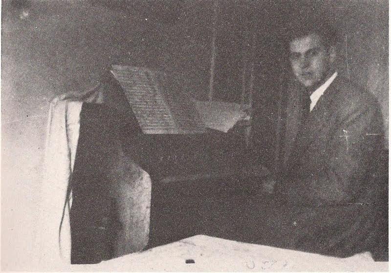 Σε διάλειμμα της παρανομίας (1948) στο σπίτι της Νέας Σμύρνης μπροστά από το αρμόνιο.