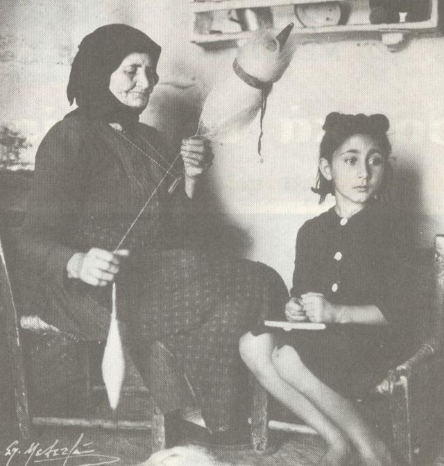 ΚΡΗΤΗ: Κρητικιά με ρόκα (Αγ. Νικόλαος, 1948)