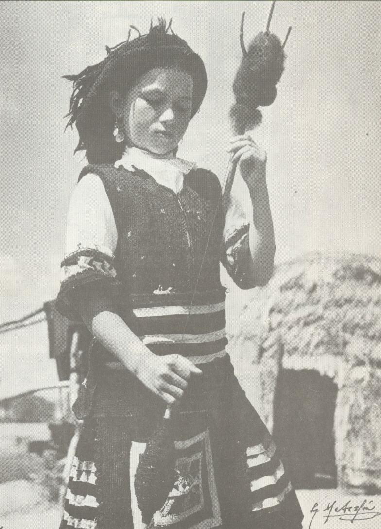 ΘΡΑΚΗ: Σαρακατσανοπούλα με ρόκα (1930)
