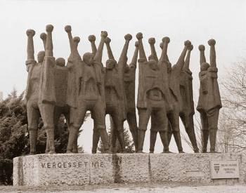 «Μνημείο Μαουτχάουχεν» προς τιμήν των κρατουμένων και των θυμάτων. Το φιλοτέχνησε το 1959 και βρίσκεται στον περιβάλλοντα χώρο του πρώην στρατοπέδου