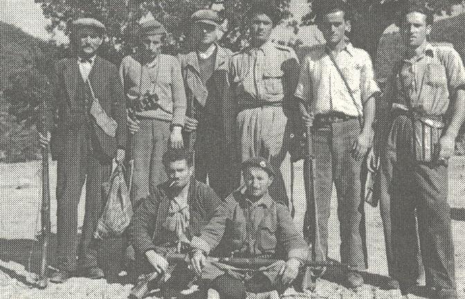 """""""Εθελοντές ένοπλοι χωρικοί που βοηθούν τον Στρατό"""" (Φωτογραφία και λεζάντα από την ίδια έκδοση)"""