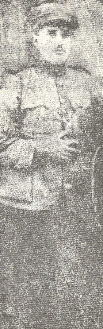 Αθανάσιος Δ. Κλάρας Ο κατοπινός Άρης Βελουχιώτης, όταν υπηρετούσε το 1925-26 στο στρατό, ως δεκανέας του Πυροβολικού και είχε επιλεγεί για τη Σχολή Εφέδρων Αξιωματικών. Η φωτογραφία έχει ληφθεί λίγο πριν  ανακαλυφτεί ότι ο Κλάρας διηύθυνε το Αντιμιλιταριστικό τμήμα (ΑΜΙ) του ΚΚΕ στη μονάδα του. Όταν ανακαλύφτηκε, καθαιρέθηκε από δεκανέας –στη φωτογραφία διακρίνεται ακόμα το «γαλόνι», η «σαρδέλα»- και αντί για τη Σχολή, στάλθηκε στον περιλάλητο Πειθαρχικό Ουλαμό, στο Καλπάκι, όπου και μαρτύρησε, όπως κι άλλοι αγωνιστές, αλλά και πάλεψε με πρωτοφανή αντοχή και αποφασιστικότητα κατά της βίας των βασανιστηρίων. [Φωτογραφία και πληροφορίες από το βιβλίο του Γιάννη Γ. Χατζηπαναγιώτου (καπετάν-Θωμά), Η πολιτική διαθήκη του Άρη Βελουχιώτη, εκδόσεις Δωρικός, Αθήνα 1982]