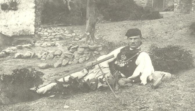 Ο Νίκος Πλουμπίδης το 1927 στη Βούρμπα (Μηλέα) Ελασσόνας, όπου υπηρετούσε ως δάσκαλος