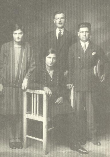 Διδασκαλείο Σπάρτης, 1923. Ο Ν. Πλουμπίδης (στο μέσον), αριστερά η αδελφή του Λέλα και δεξιά ο Θεοδώρος Κοβάτσος. Δεν έχει εντοπιστεί η ταυτότητα της δεύτερης γυναίκας