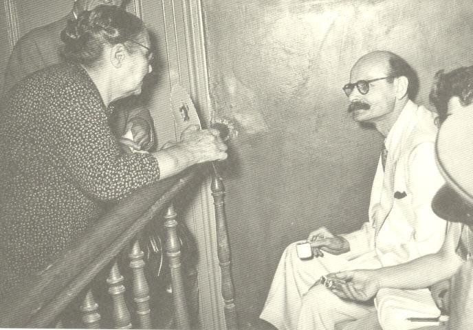 Ο Νίκος Πλουμπίδης με την πεθερά του Ουρανία Παπαχρίστου κατά τη διάρκεια της δίκης του (1953). Μέσω αυτής κατάφερε και «έβγαλε» τα σημειώματα της φυλακής