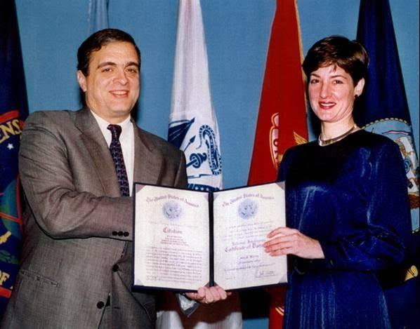 H Ana Montes παραλαμβάνοντας βραβείο από το διευθυντή της CIA Τζορτζ Τένετ