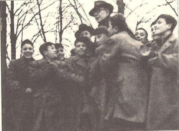 Τα παιδιά σηκώνουν τον Πέτρο Κόκκαλη στα χέρια στο σχολείο Βέλιχοφ της Τσεχοσλοβακίας