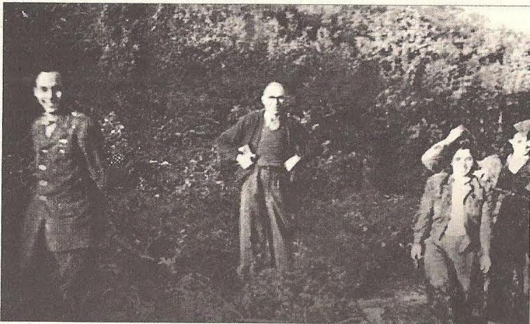 Ο Π.Κ με τον Γαβρίλο Παπαδόπουλο και τη φρουρά του καταυλισμού. Περιοχή Πρέσπας, Λημέρι 18 του ΔΣΕ.