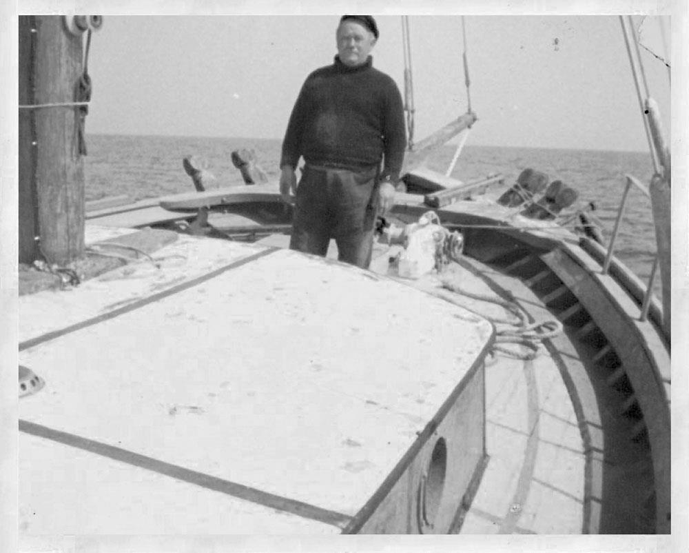 Ο καπετάν Μίμης Βρονταμίτης πάνω στο σκαρί του (Πηγή φωτογραφίας: Η Στροφή του Μίμη