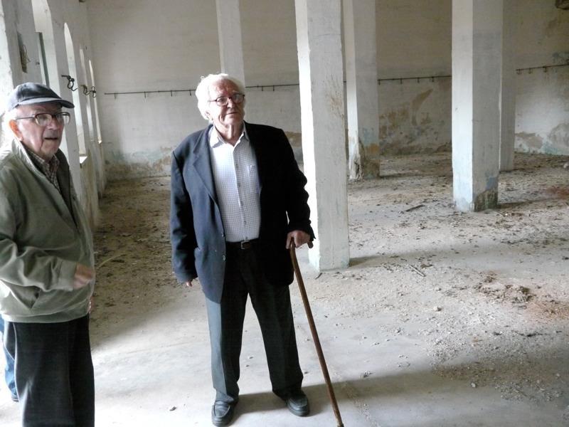 Οι κρατούμενοι στο Ιτζεδίν αγωνιστές Λευτέρης Ηλιάκης και Κώστας Ρακόπουλος, μέλη της Πανελλήνιας Ένωσης Αγωνιστών Εθνικής Αντίστασης (ΠΕΑΕΑ), στο προαύλιο του εγκαταλελειμμένου χώρου των φυλακών, το 2012. Πηγή φωτογραφίας: Χανιώτικα Νέα