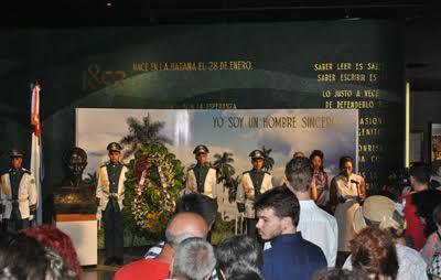 Κατάθεση στεφάνου στο εσωτερικό του μνημείου. Το ICAP καλωσορίζει τη 45η Μπριάδα Χοσέ Μαρτί, 2015. Φωτογραφία www.icap.cu