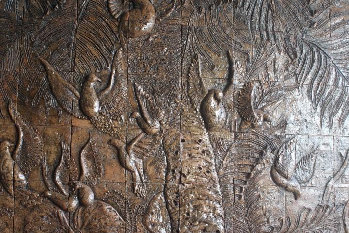 Από το υπόγειο τμήμα του μνημείου των Μαρτύρων της Αρτεμίσα που συμβολίζει τις συνθήκες του αντιδικτατορικού αγών στις πόλεις. Οι αγωνιστές έκαναν ασκήσεις σκοποβολής έξω από την Αρτεμίσα με στόχους τα φοινικόδεντρα επειδή απορροφούν τον κρότο.