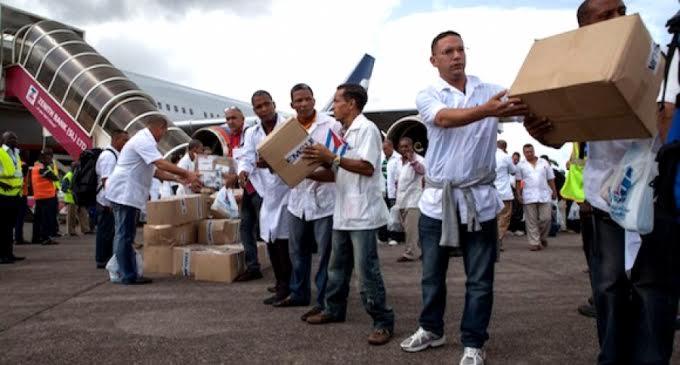 Κουβανική ιατρική μονάδα φτάνει στη Λιβερία τον Οκτώβρη του 2014 για να καταπολεμήσει την επιδημία του ιού έμπολα. Φωτογραφία, www.ElCiudadano.gob.ec1