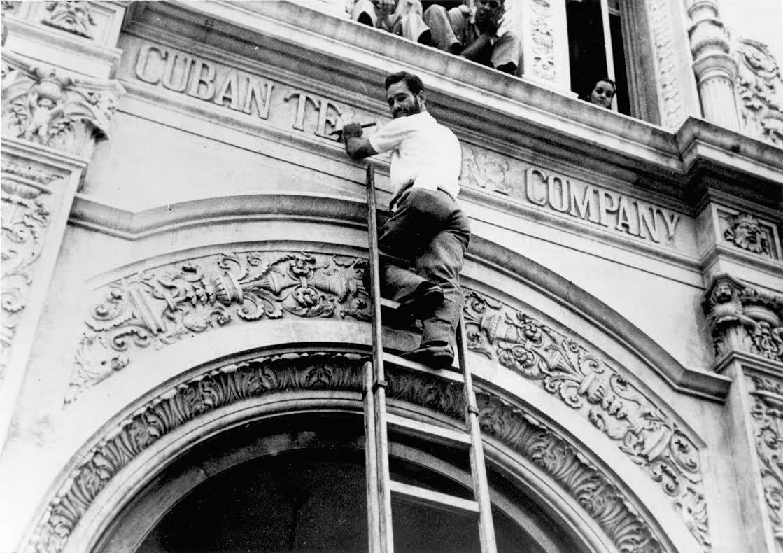 Εργάτης αφαιρεί την επιγραφή «Cuban Telephone Company» - συμφερόντων ΗΠΑ – Αύγουστος 1960