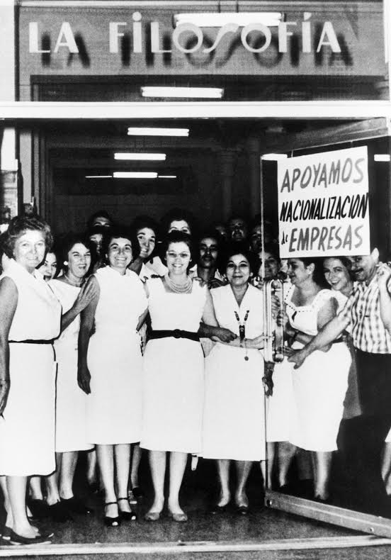 Εργαζόμενες στο κατάστημα Λα Φιλοσοφία στην Αβάνα, στηρίζουν την εθνικοποίηση καπιταλιστικών επιχειρήσεων. Αύγουστος 1960.