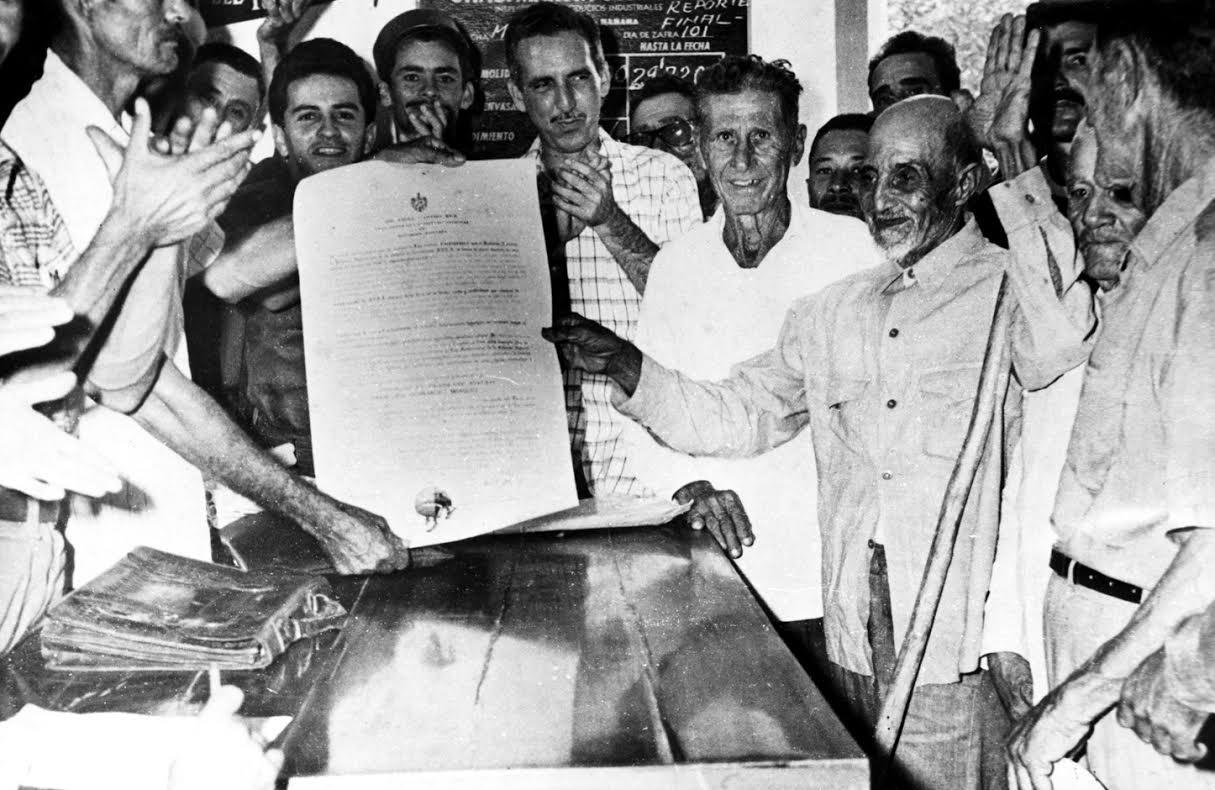 Αγρότες παίρνουν τίτλους γης. Τον Δεκέμβρη του 1959, δόθηκαν τίτλοι γης σε 100.000 αγρότες, στο πλαίσιο της πρώτης αγροτικής μεταρρύθμισης.