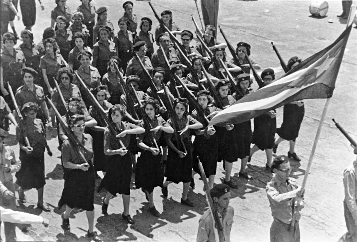 Γυναικεία μονάδα πολιτοφυλακής, στην πρώτη παρέλαση των σωμάτων αυτών στην Αβάνα, τέλη 1960. Φωτογραφία, Raul Corrales.