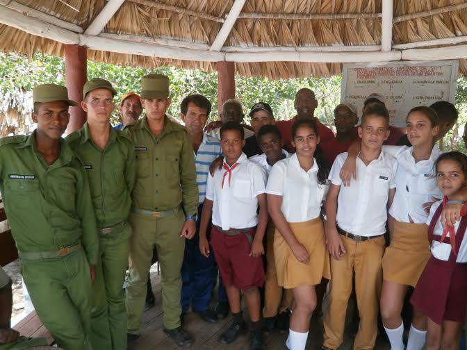 Άνδρες της ακτοφυλακής με μαθητές και μέλη των CDR στο Πινάρ ντελ Ρίο