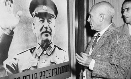 Μπροστά σε φωτογραφία του Ι. Στάλιν (1949) Φωτογραφία: AFP/Getty Images Πηγή: theguardian
