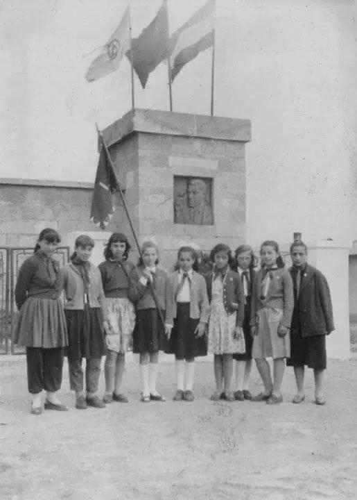 Παλιά φωτογραφία με παιδιά μπροστά στο μνημείο του Ν. Μπελογιάννη
