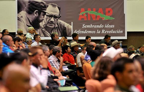 Στιγμιότυπο από το 11ο Συνέδριο της μαζικής οργάνωσης μικρών αγροτών της Κούβας (ΑΝΑP) με πάνω από 330,000 μέλη τον Μάη του 2015. Στην αφίσα γράφει: Φυτεύοντας ιδέες, υπερασπιζόμαστε την Επανάσταση