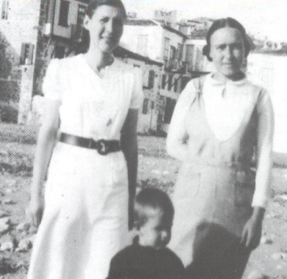 Η Κλεονίκη Κιουπτσή (αριστερά) με τον γιο της τον Μανωλάκη και τη συνεξόριστή της Ελένη Αμπατζή, στον Αη Στράτη. Πηγή φωτογραφίας: Γιώργου Φαρσακίδη, ΣΕ ΑΝΙΣΗ ΜΑΧΗ, Θεσσαλονίκη 2012